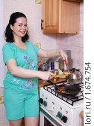 Купить «Женщина жарит котлеты», эксклюзивное фото № 1674754, снято 3 мая 2010 г. (c) Мария Зубарева / Фотобанк Лори