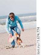 Купить «Мужчина играет с собакой», фото № 1674774, снято 24 апреля 2010 г. (c) Петр Кириллов / Фотобанк Лори