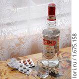 Купить «Таблетки и водка», эксклюзивное фото № 1675158, снято 30 апреля 2010 г. (c) Юрий Морозов / Фотобанк Лори
