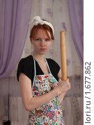 Сердитая домохозяйка со скалкой. Стоковое фото, фотограф Валерий Степанов / Фотобанк Лори