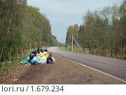 Купить «Мешки с мусором на дороге», фото № 1679234, снято 4 мая 2010 г. (c) Мастепанов Павел / Фотобанк Лори