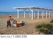 Купить «Сбор камней на пляже Евпатории», фото № 1680030, снято 20 июля 2009 г. (c) Aleksander Kaasik / Фотобанк Лори