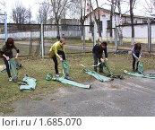 Учащиеся надевают сапоги-чулки ОЗК (2010 год). Редакционное фото, фотограф Юрий Зуев / Фотобанк Лори