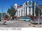 Купить «Узки-колесный трамвай  на центральном площади  в Евпатории», фото № 1689026, снято 24 июля 2009 г. (c) Aleksander Kaasik / Фотобанк Лори