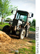 Купить «Трактор», фото № 1695122, снято 8 мая 2010 г. (c) Ирина Литвин / Фотобанк Лори