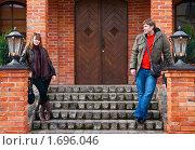 Купить «Молодая пара на лестнице старого дома», фото № 1696046, снято 4 апреля 2010 г. (c) Анна Лурье / Фотобанк Лори