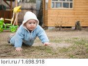 Малыш ползает на улице. Стоковое фото, фотограф Калинина Алиса / Фотобанк Лори