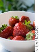 Купить «Клубника на белой тарелке», фото № 1700974, снято 8 сентября 2008 г. (c) Fairy Water / Фотобанк Лори