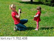 Девушка фотографирует свою дочь в парке. Стоковое фото, фотограф Виктория Кириллова / Фотобанк Лори