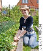 Купить «Мульчирование грядок», фото № 1706694, снято 15 мая 2010 г. (c) Liseykina / Фотобанк Лори