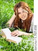 Купить «Девушка читает книгу в парке», фото № 1707658, снято 7 мая 2010 г. (c) chaoss / Фотобанк Лори