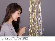 Купить «Девушка с серпантином на сером фоне», фото № 1709282, снято 19 февраля 2010 г. (c) Зореслава / Фотобанк Лори