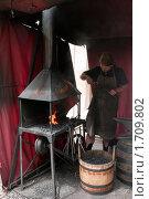 Купить «Кузнец за работой на улице Праги», фото № 1709802, снято 29 мая 2009 г. (c) Алексей Зарубин / Фотобанк Лори