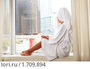 Девушка сидит на подоконнике с чашкой кофе. Стоковое фото, фотограф Дмитрий Рогатнев / Фотобанк Лори