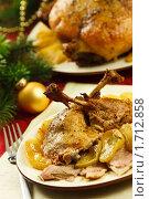 Купить «Порция утки с яблоками на новогоднем праздничном столе», эксклюзивное фото № 1712858, снято 18 мая 2010 г. (c) Лисовская Наталья / Фотобанк Лори