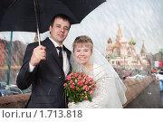 Купить «Молодожены с зонтиком под дождем», фото № 1713818, снято 17 апреля 2010 г. (c) Фурсов Алексей / Фотобанк Лори