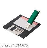 Дискета и USB накопитель (2010 год). Редакционное фото, фотограф Наталья Ромашина / Фотобанк Лори