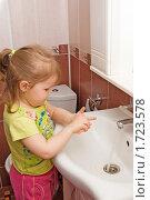 Купить «Маленькая девочка моет руки», фото № 1723578, снято 9 марта 2010 г. (c) Воронин Владимир Сергеевич / Фотобанк Лори