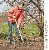 Купить «Девушка копает землю лопатой», фото № 1727214, снято 2 мая 2010 г. (c) Яков Филимонов / Фотобанк Лори