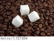 Куски сахара на фоне из кофейных зерен. Стоковое фото, фотограф Nikiandr / Фотобанк Лори