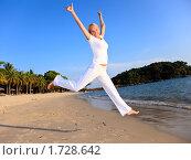 Счастливая женщина прыгает на пляже. Стоковое фото, фотограф Дмитрий Рогатнев / Фотобанк Лори
