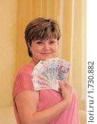 Купить «Женщина средних лет с деньгами в руках», эксклюзивное фото № 1730882, снято 26 мая 2010 г. (c) Юрий Морозов / Фотобанк Лори