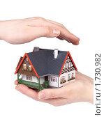 Купить «Модель дома в женских руках на белом фоне. Строительство, покупка и страхование жилья.», фото № 1730982, снято 11 апреля 2010 г. (c) Мельников Дмитрий / Фотобанк Лори