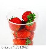 Купить «Ягода клубника в пластиковом стакане», фото № 1731942, снято 15 июля 2009 г. (c) ElenArt / Фотобанк Лори