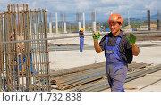 Купить «Разнорабочий на строительной площадке с прутом арматуры», фото № 1732838, снято 17 сентября 2009 г. (c) Анна Мартынова / Фотобанк Лори