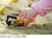 Купить «Игрушечная машина  в детской руке», фото № 1733186, снято 2 мая 2010 г. (c) Ермилова Арина / Фотобанк Лори