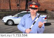 Купить «Мужчина милиционер возле милицейского автомобиля», фото № 1733594, снято 2 апреля 2010 г. (c) Alechandro / Фотобанк Лори