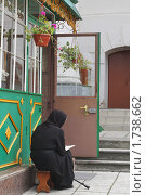 Купить «Монахиня возле часовни», эксклюзивное фото № 1738662, снято 29 мая 2010 г. (c) Олеся Сарычева / Фотобанк Лори