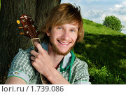 Молодой человек с гитарой. Стоковое фото, фотограф Вадим Францев / Фотобанк Лори