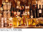 Масла в бутылках на прилавке (2009 год). Редакционное фото, фотограф Ирина Королева / Фотобанк Лори