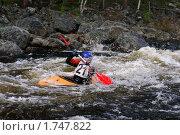 Купить «Гребля на каноэ в бурной воде», фото № 1747822, снято 29 мая 2010 г. (c) Денис Гоппен / Фотобанк Лори