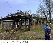 Сухое дерево, упавшее на дом (2010 год). Редакционное фото, фотограф Юрий Зуев / Фотобанк Лори