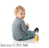 Купить «Малыш и бутылка сока на белом фоне», фото № 1751766, снято 14 мая 2009 г. (c) Ольга Сапегина / Фотобанк Лори