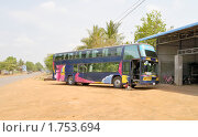 Купить «Междугородный автобус на остановке в Камбодже», фото № 1753694, снято 9 апреля 2010 г. (c) Виктор Карасев / Фотобанк Лори