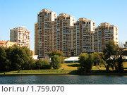 Купить «Многоэтажные дома на берегу пруда», фото № 1759070, снято 5 сентября 2009 г. (c) Katerina Anpilogova / Фотобанк Лори