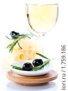Купить «Оливки, сыр и белое вино», фото № 1759186, снято 4 февраля 2010 г. (c) Наталия Кленова / Фотобанк Лори