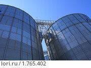 Купить «Вид на синее небо вдоль цилиндрических хранилищ современного элеватора», эксклюзивное фото № 1765402, снято 13 мая 2010 г. (c) Анатолий Матвейчук / Фотобанк Лори