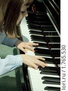 Купить «Девочка играет на пианино», эксклюзивное фото № 1765530, снято 6 июня 2010 г. (c) Валерия Попова / Фотобанк Лори