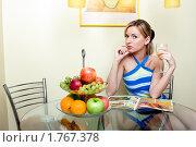 Девушка завтракает. Стоковое фото, фотограф Михаил Лукьянов / Фотобанк Лори