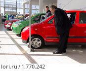Купить «Люди выбирают автомобиль в автосалоне», эксклюзивное фото № 1770242, снято 20 мая 2010 г. (c) Вячеслав Палес / Фотобанк Лори