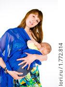 Купить «Мама кормит малыша грудью стоя», эксклюзивное фото № 1772814, снято 20 мая 2010 г. (c) Куликова Вероника / Фотобанк Лори