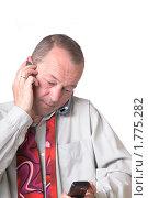 Уставший бизнесмен говорит по телефону на белом фоне. Стоковое фото, фотограф Сергей Дыбтан / Фотобанк Лори