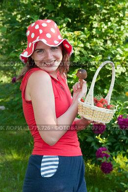 Красивая девушка с лукошком клубники и белым грибом