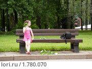 Девочка сидит на скамейке в парке (2010 год). Редакционное фото, фотограф Ольга Полякова / Фотобанк Лори