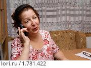 Пожилая женщина разговаривает по домашнему телефону. Стоковое фото, фотограф Андрей Аркуша / Фотобанк Лори