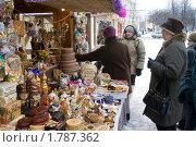 У прилавка, изделия народного промысла, торговля. Великий Новгород (2010 год). Редакционное фото, фотограф Александр Демин / Фотобанк Лори